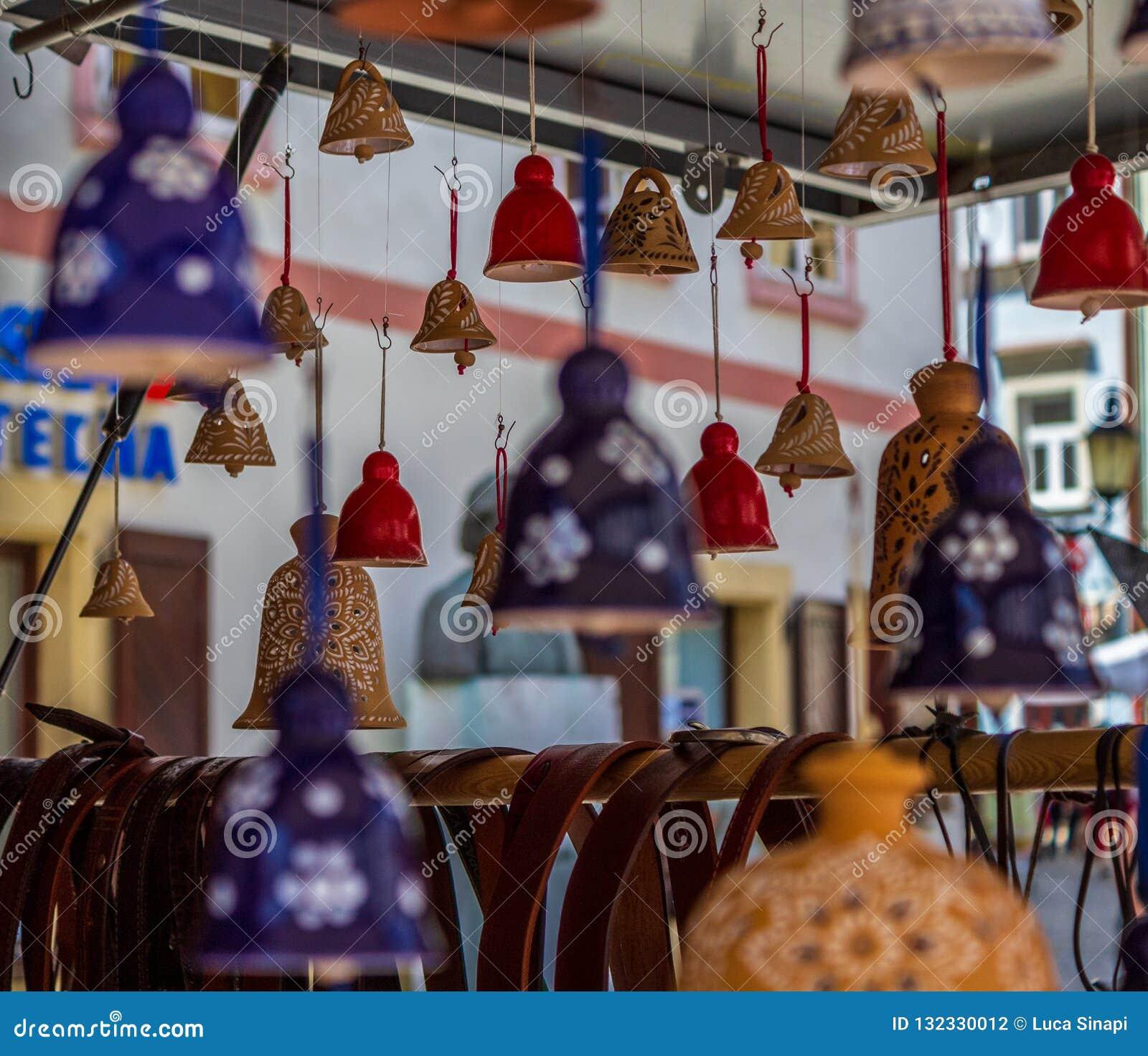 许多五颜六色的响铃在卢布尔雅那街道上的一家小商店
