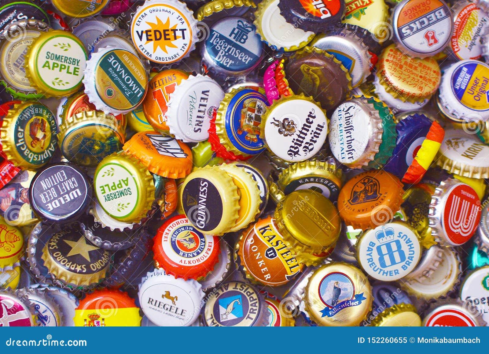 许多五颜六色的瓶盖,主要从啤酒瓶