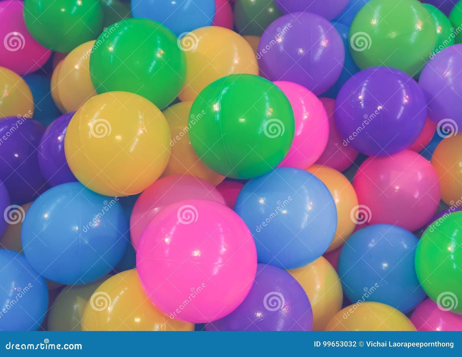许多在孩子操场上色塑料球