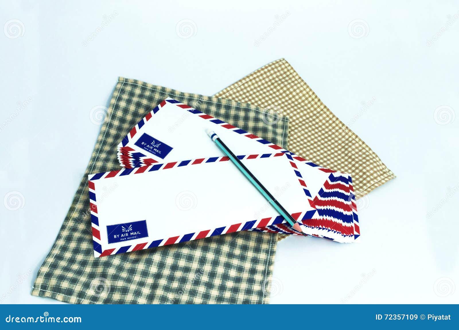 许多在白色背景的航空邮件信件