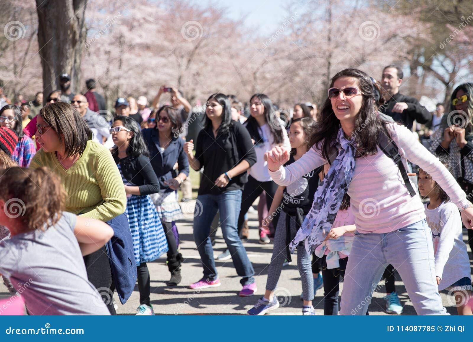 许多妇女在节日跳舞