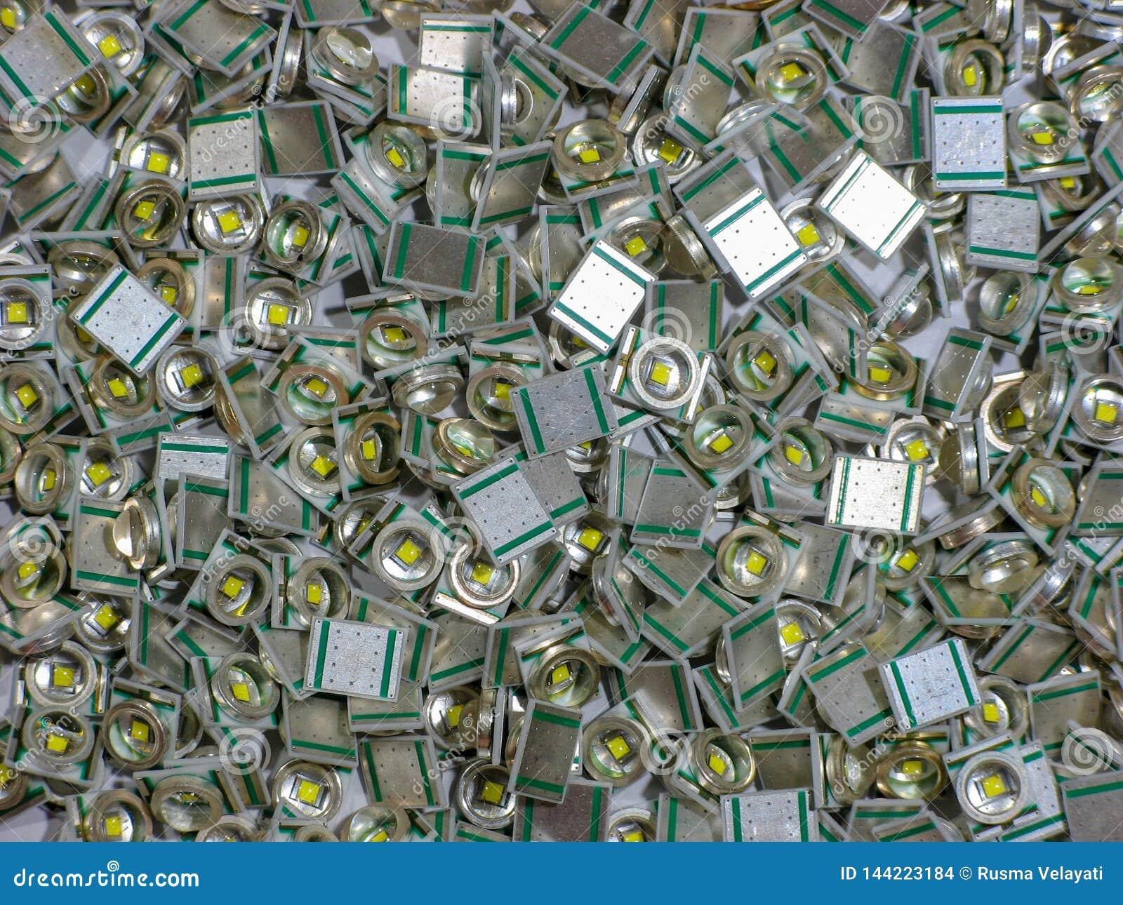 许多方形的LED光照片