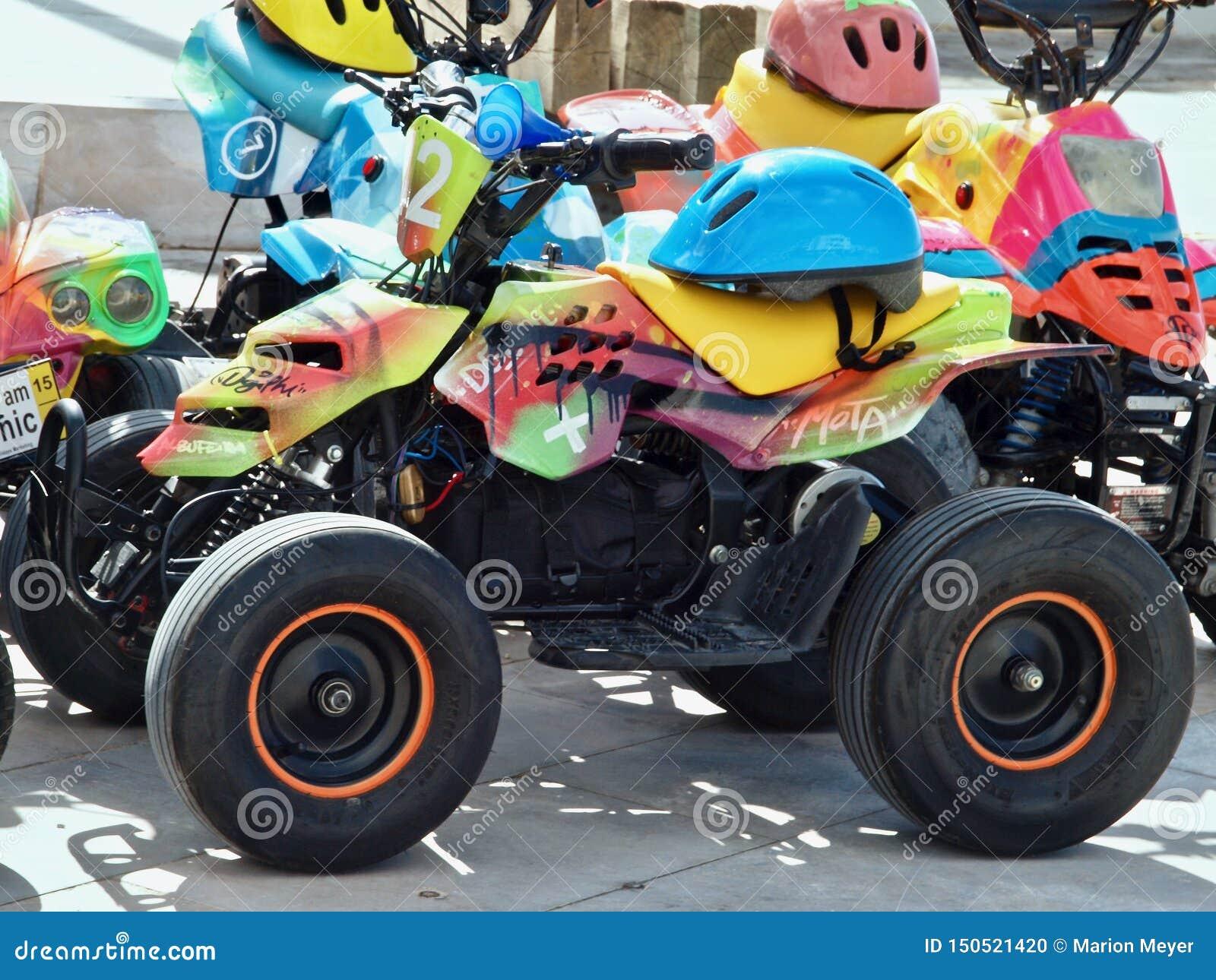 许多有盔甲的五颜六色的马达儿童车