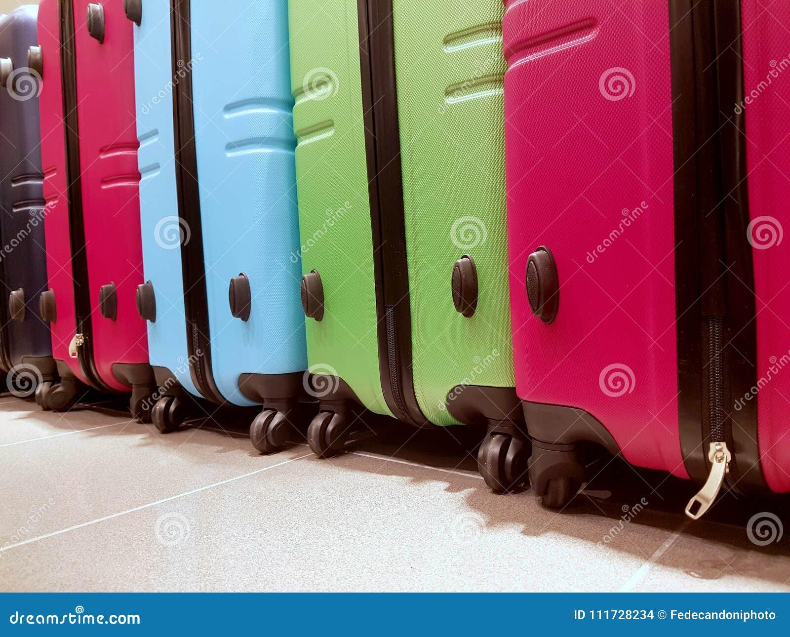 许多行李在机场在到来区域