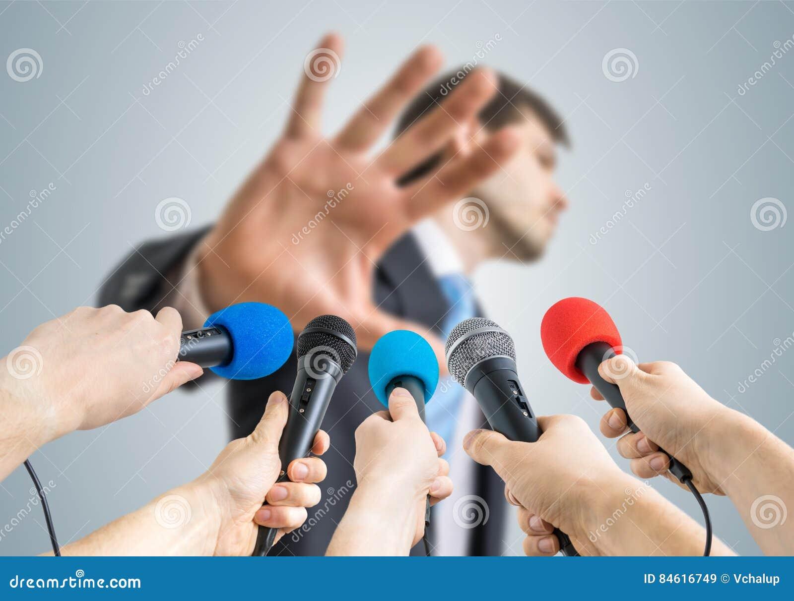 许多记者记录与话筒不显示评论姿态的一个政客