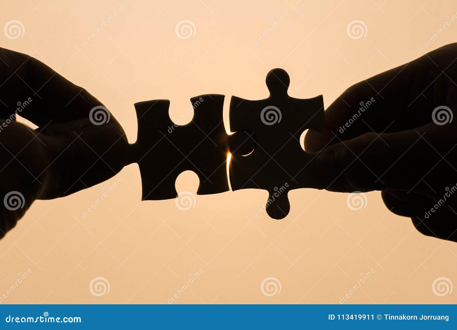 设法两只的手连接夫妇困惑片断有日落背景 协会和连接的标志