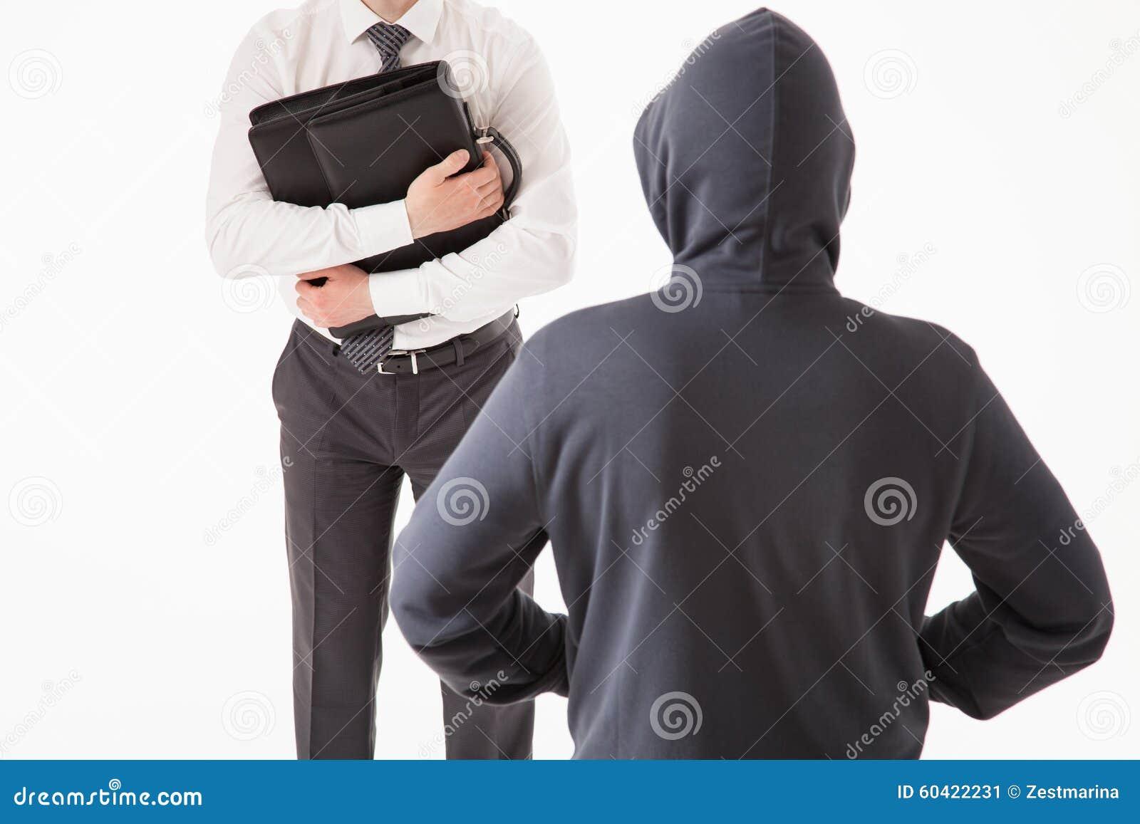 设法的商人由未知的人掩藏他的公文包