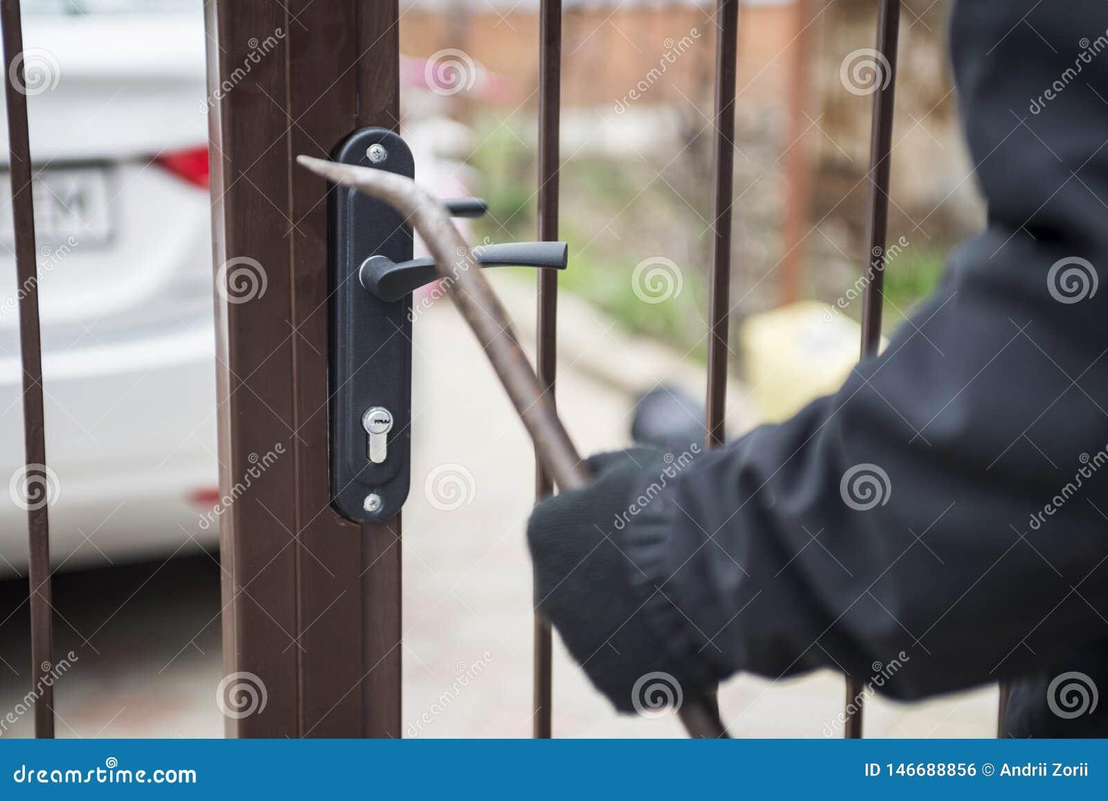 设法的夜贼打破有撬杠的门 使用撬杠,设法的夜贼强迫锁