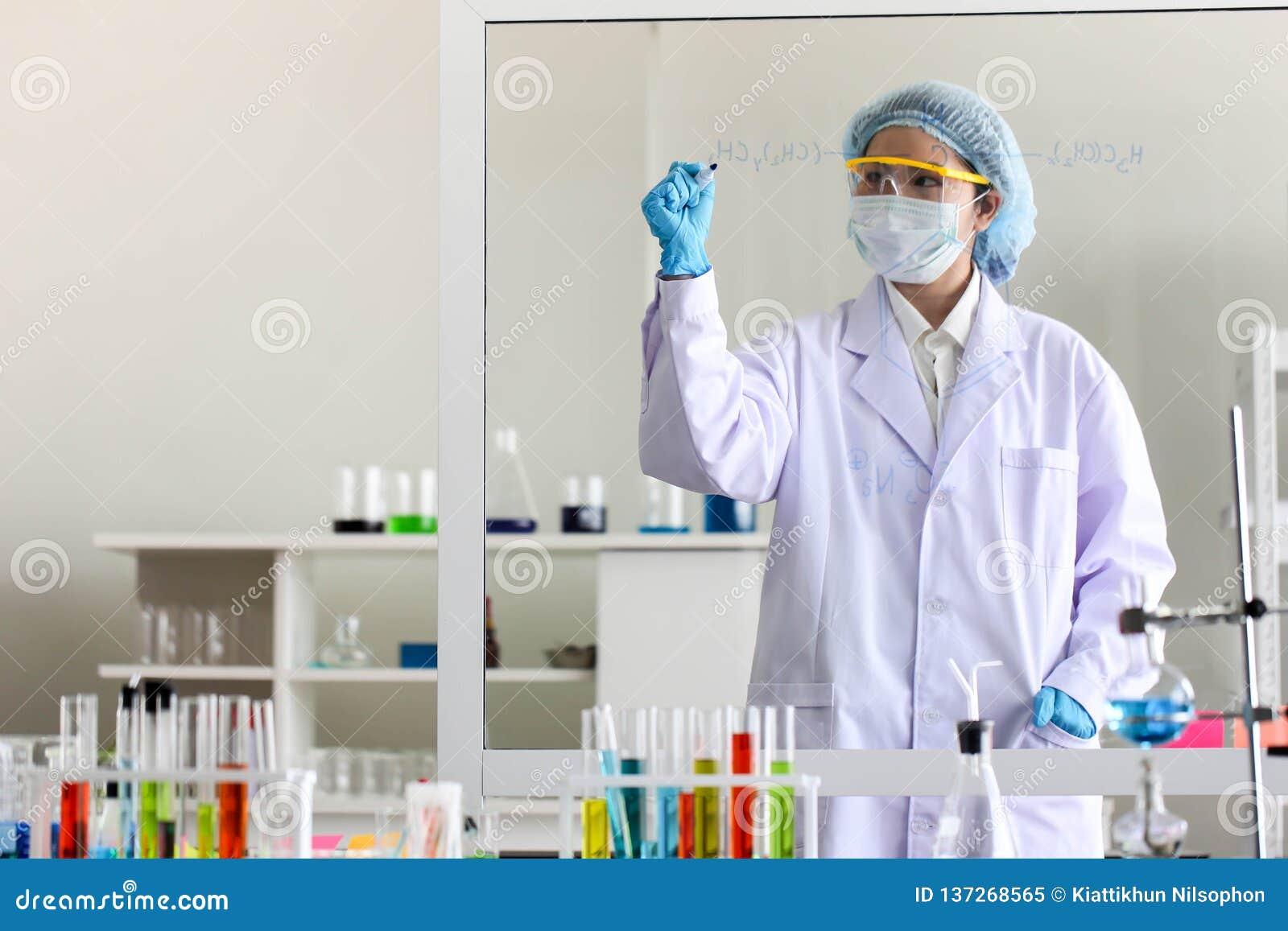 设置化工管发展和药房在实验室、生化和研究技术概念
