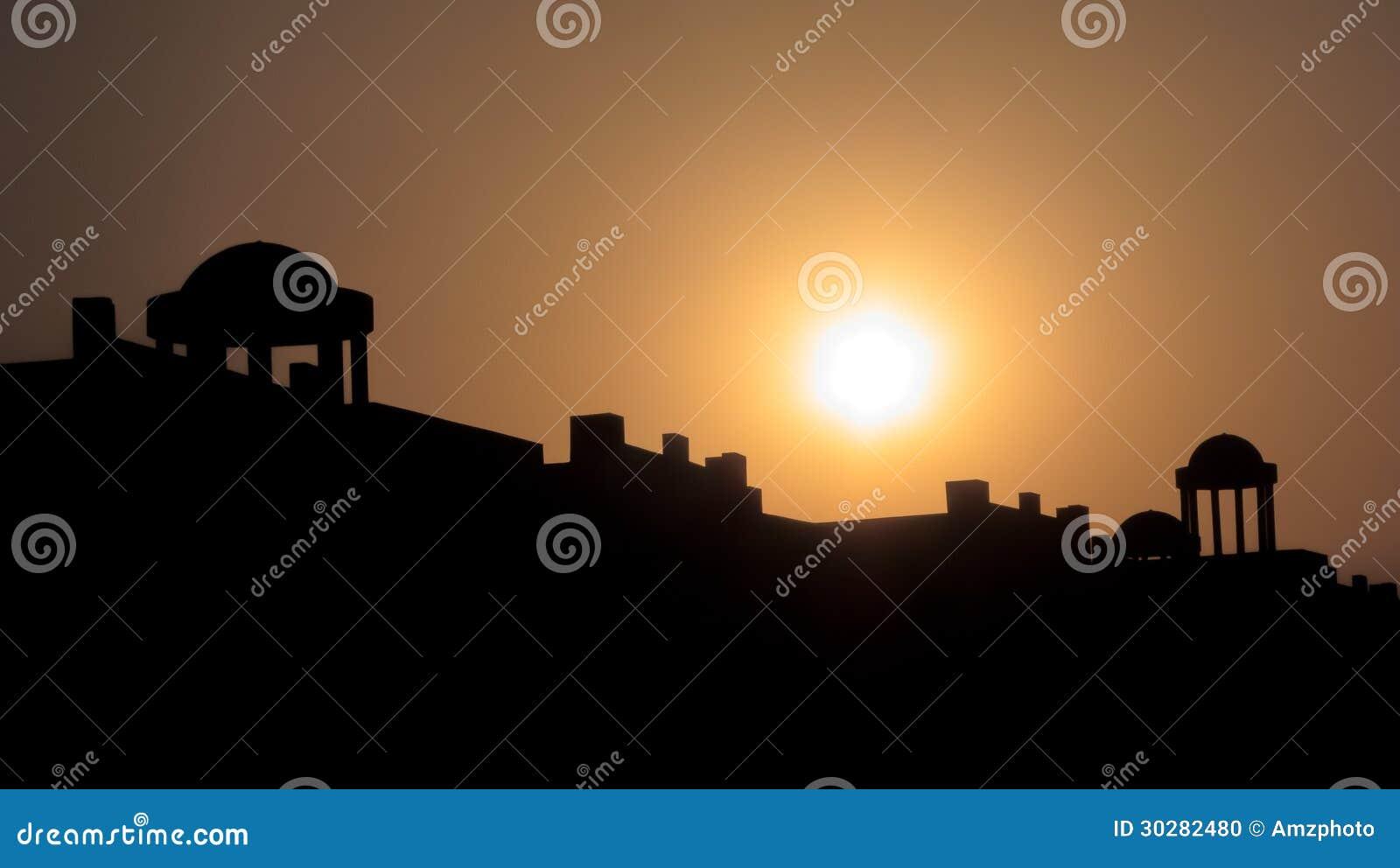 设置在寺庙的太阳