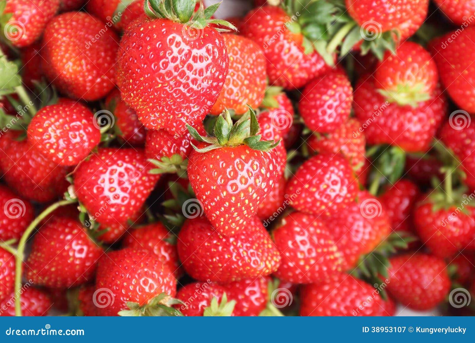 设置在一箱草莓在销售前.