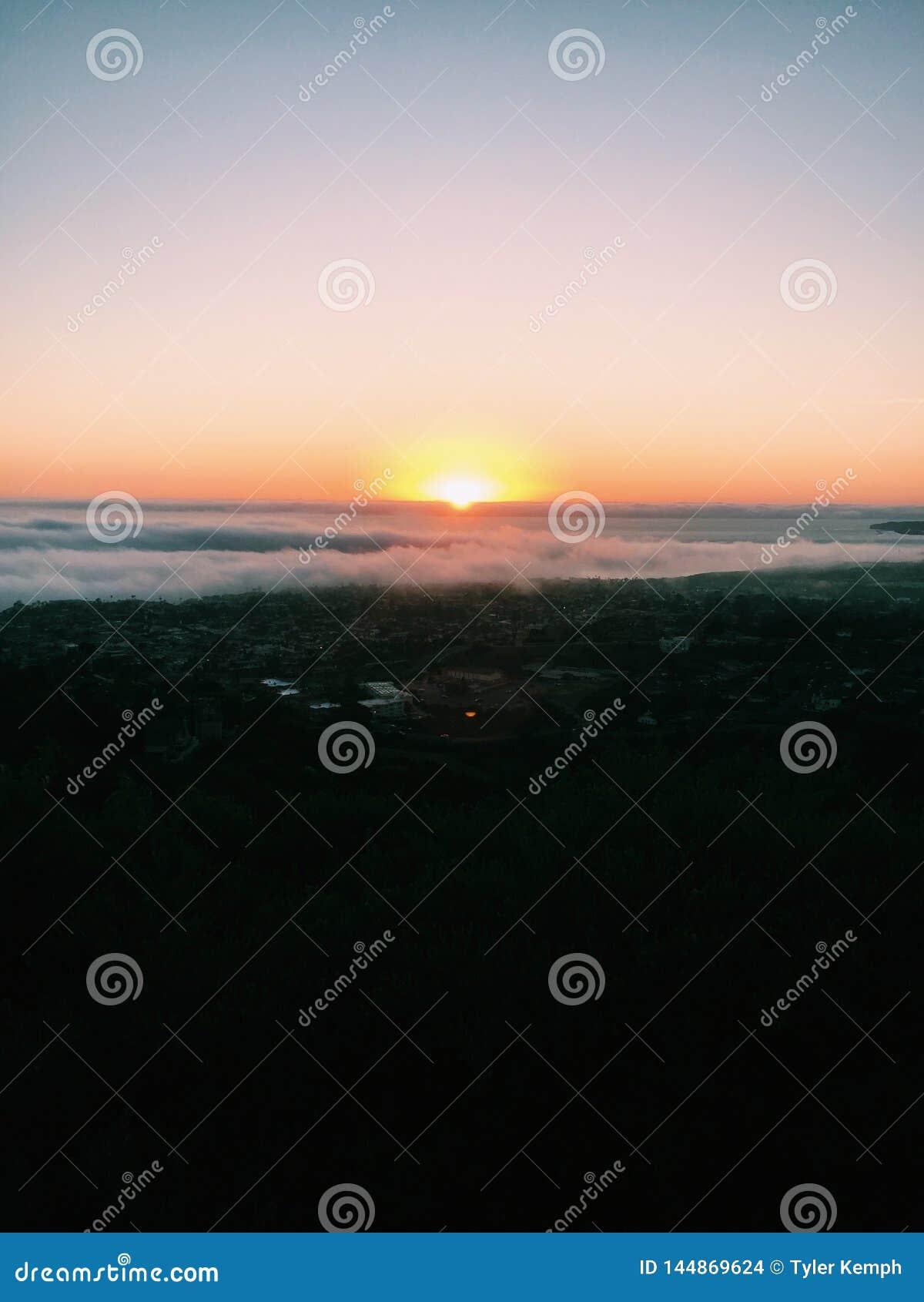设置在云彩后层数的太阳