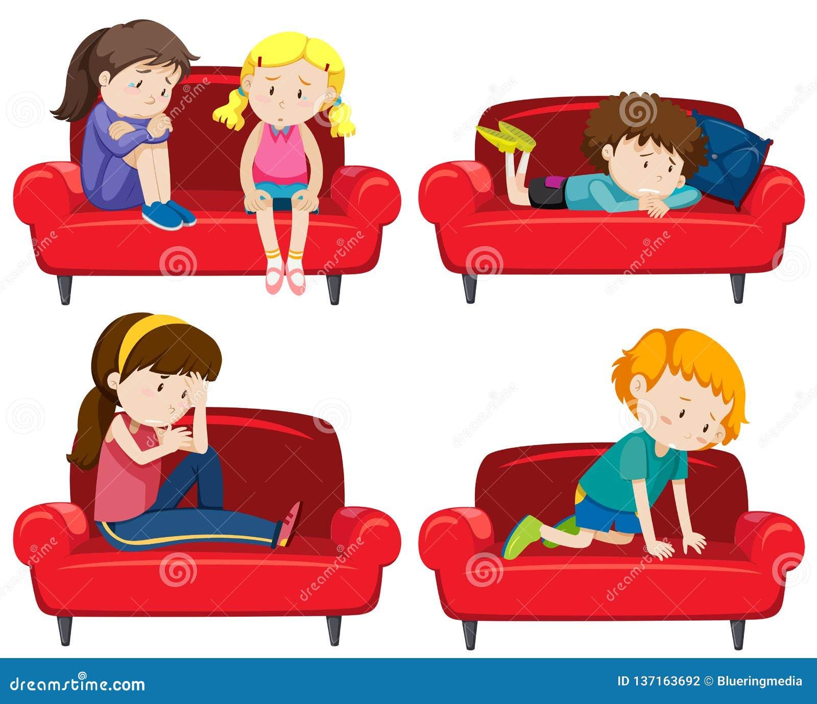 设置在长沙发的沮丧的孩子