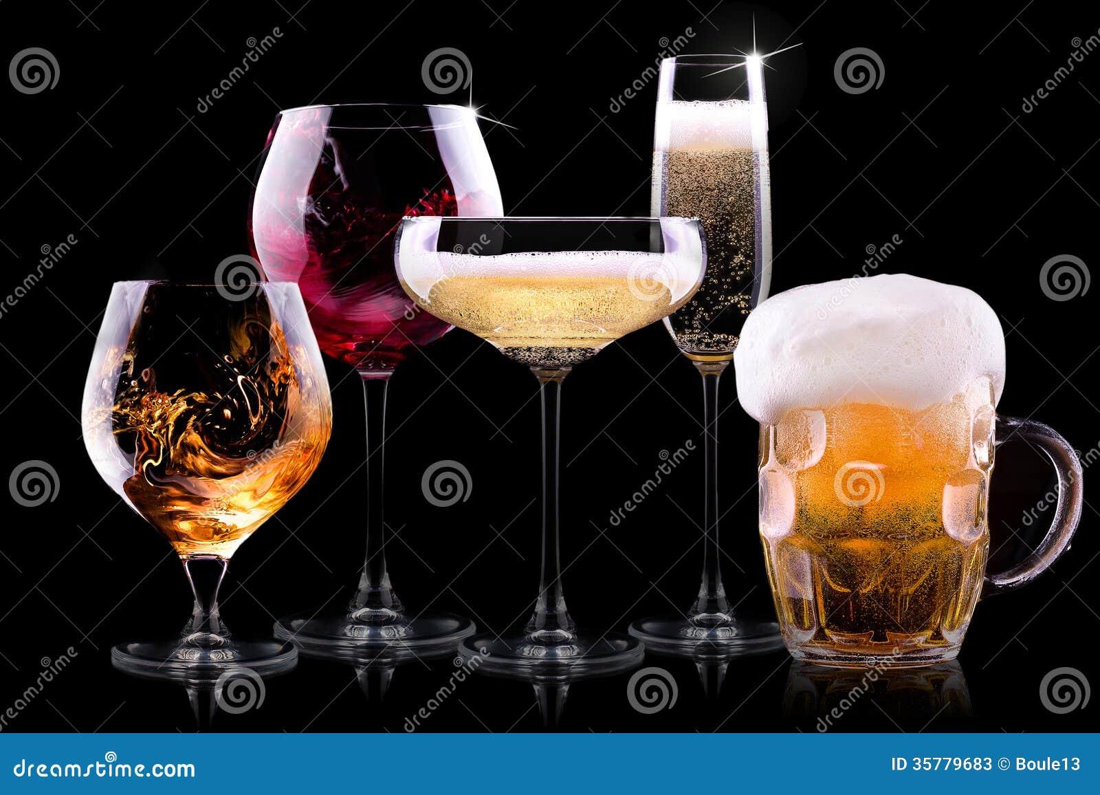 设置用在黑背景的不同的饮料