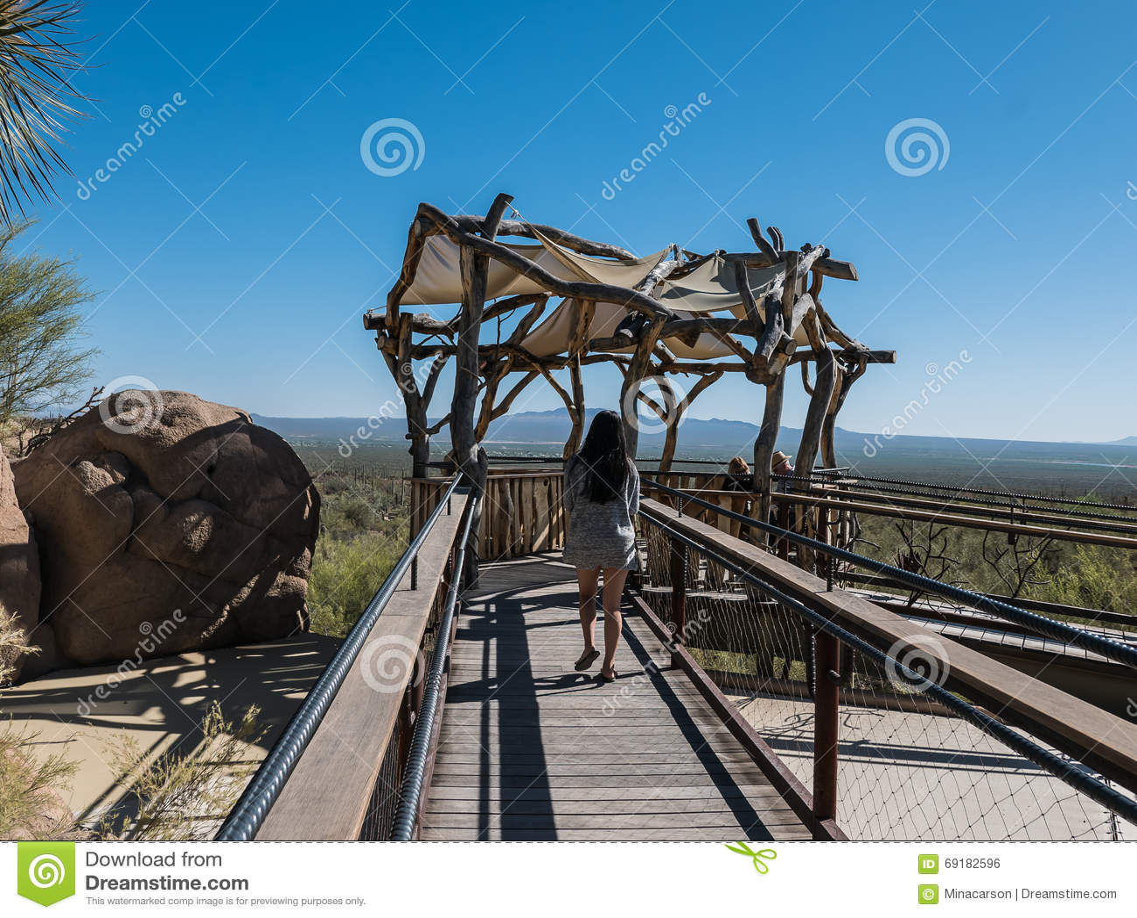 访客享用被遮蔽的观测台俯视的沙漠
