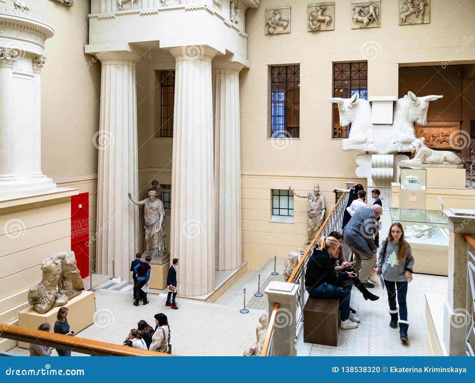 访客在普希金造型艺术博物馆希腊庭院里
