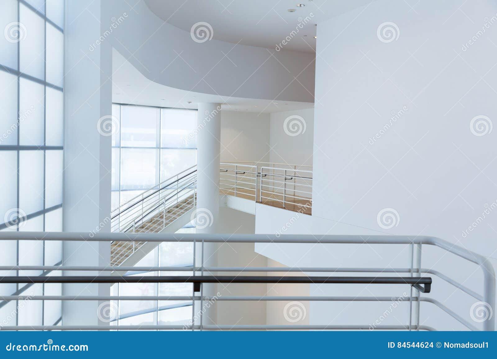 访问有金属扶手栏杆的台阶