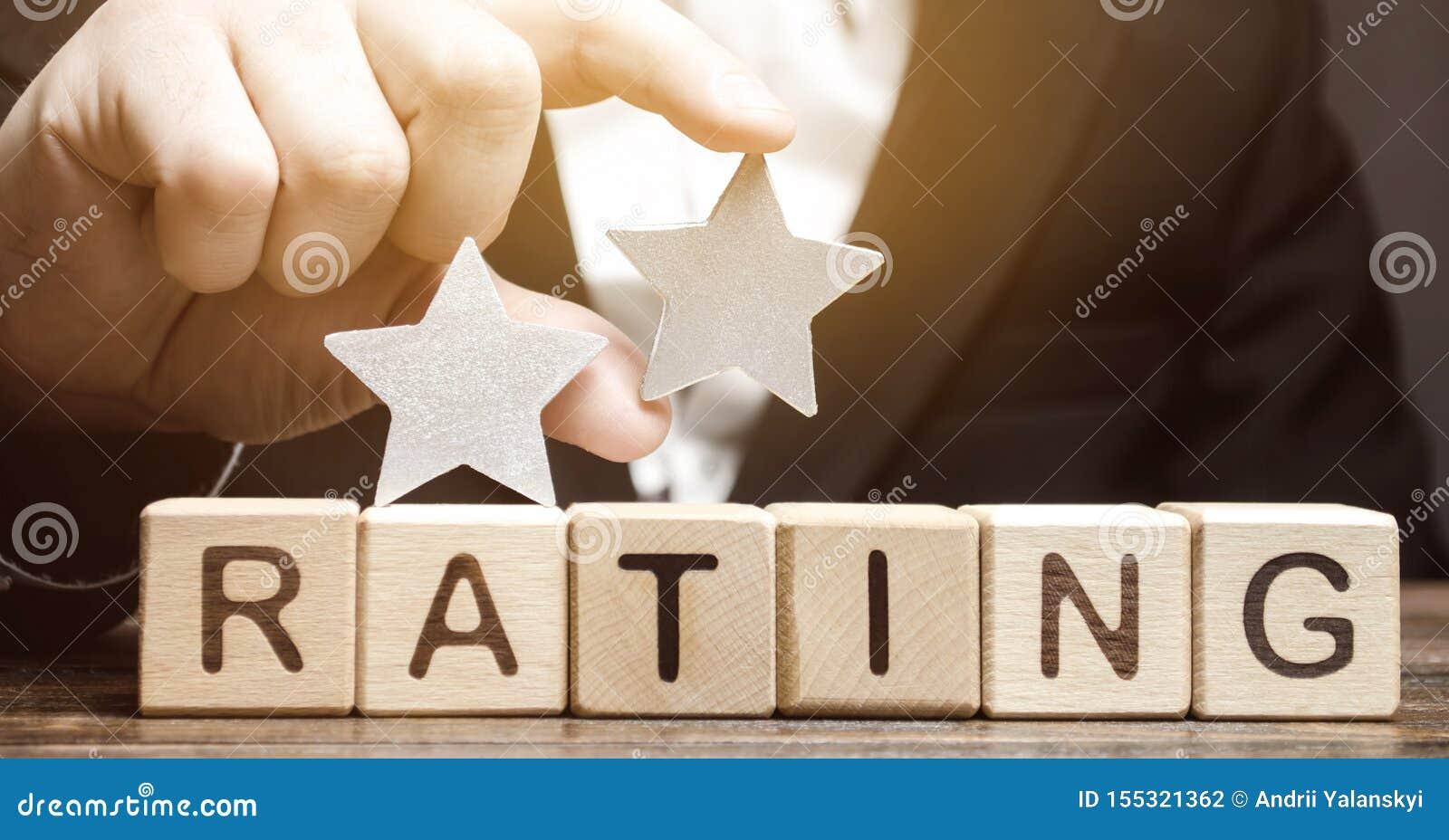 评论家在木块上把在词规定值上的第二个星放 服务质量的概念 旅馆或餐馆规定值