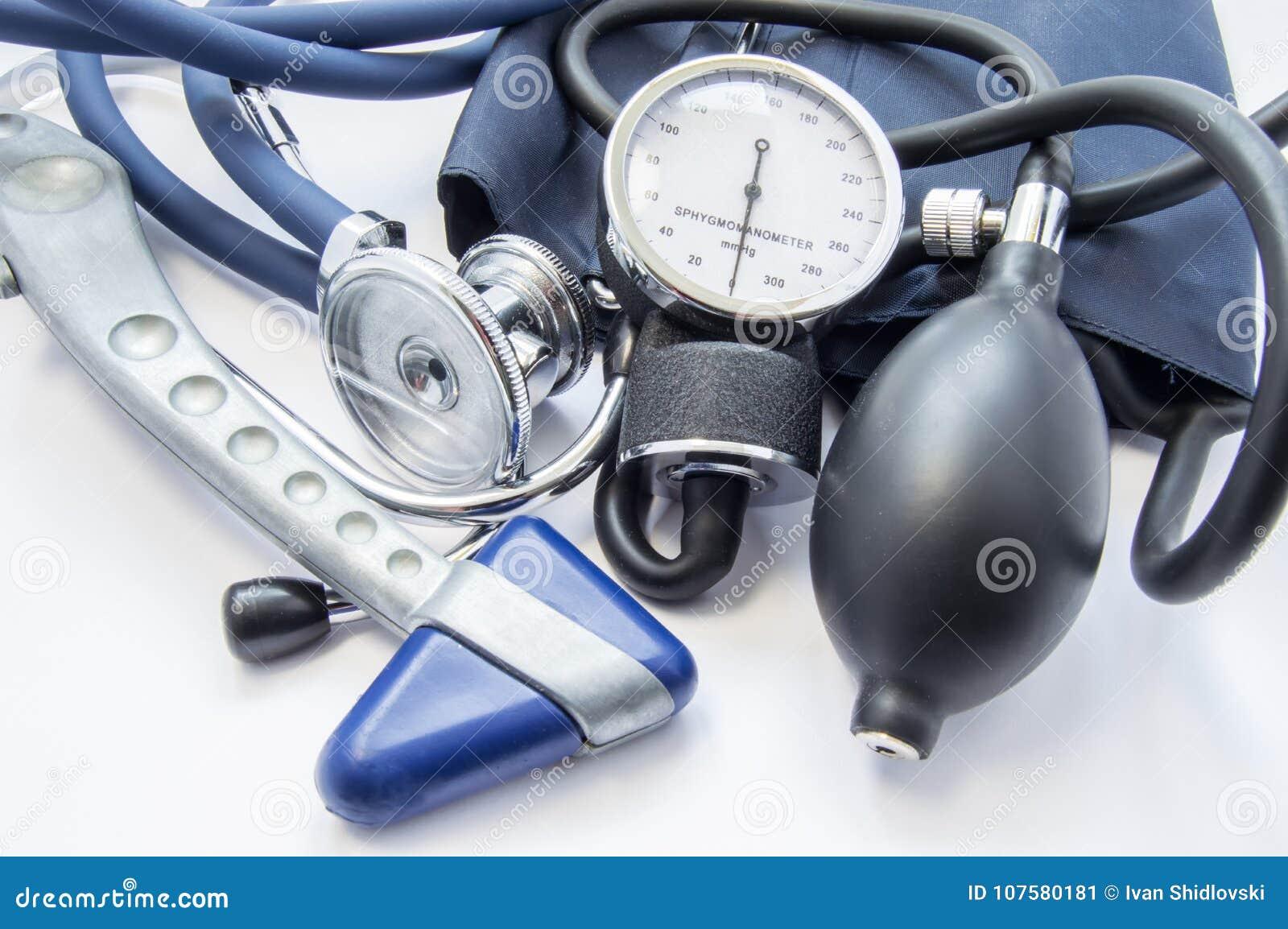 诊断成套工具神经学家或内科医生 神经学反射锤子、说谎在w的血压计和听诊器