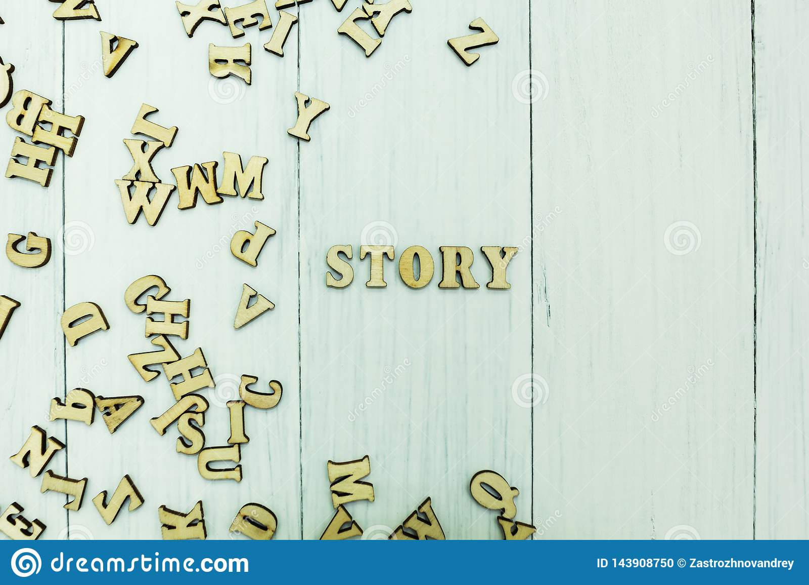 词'故事'在白色背景,疏散木信件