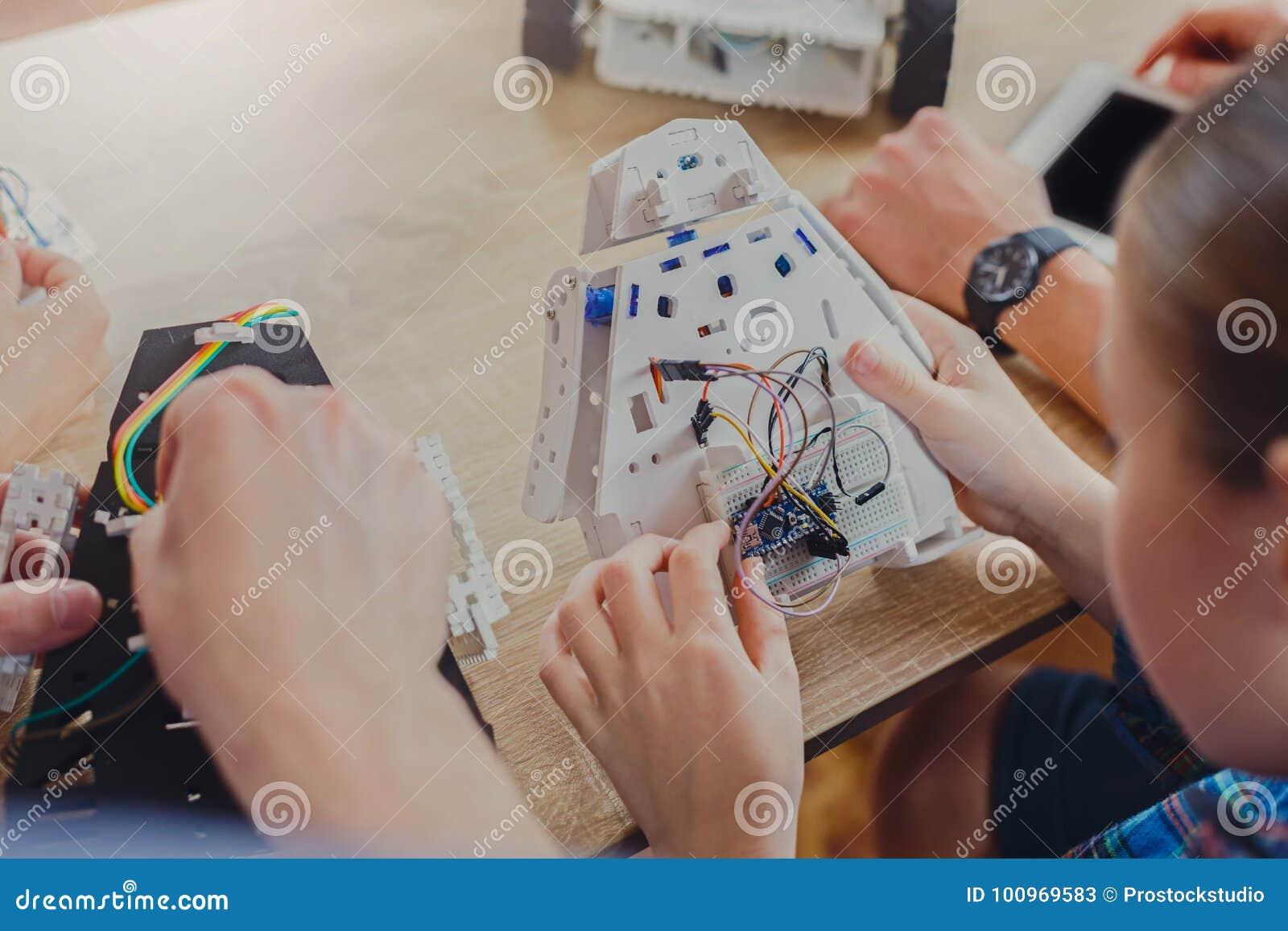 词根教育 创造机器人的孩子用老师