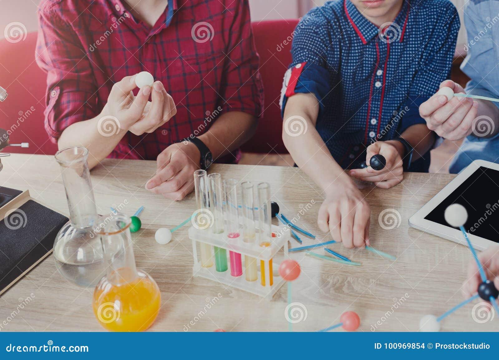 词根教育 物理实验在学校