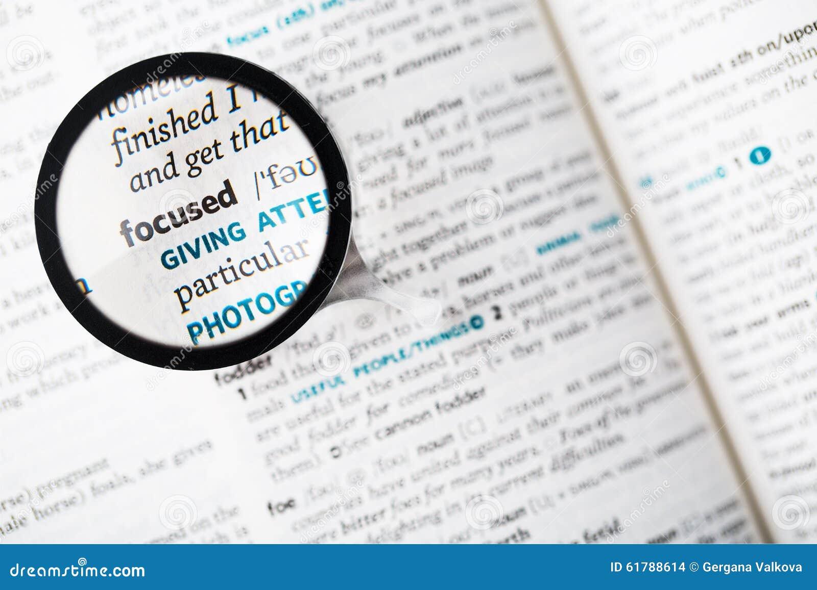 词被聚焦的和放大镜的辞典定义