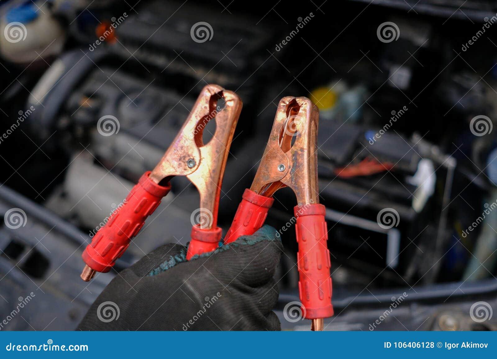 试图发动汽车的引擎有被播种的电池usi的