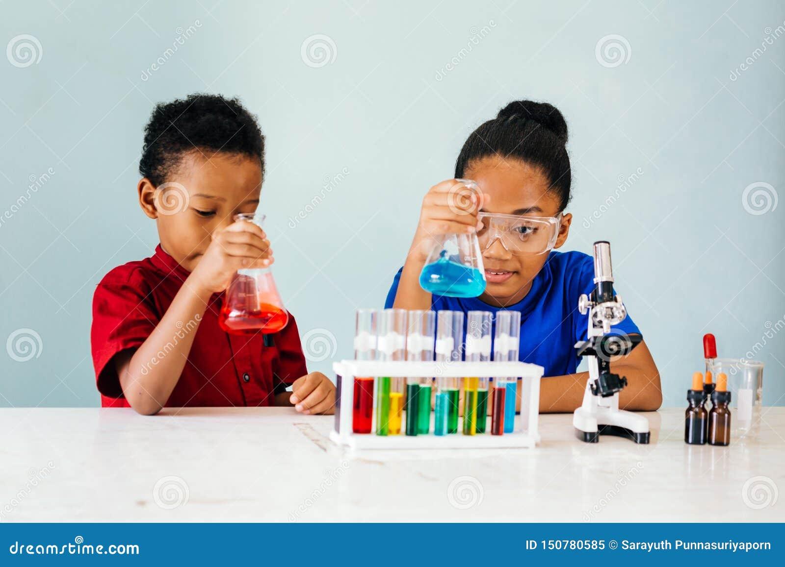 试验在学校化学实验室的好奇黑人孩子