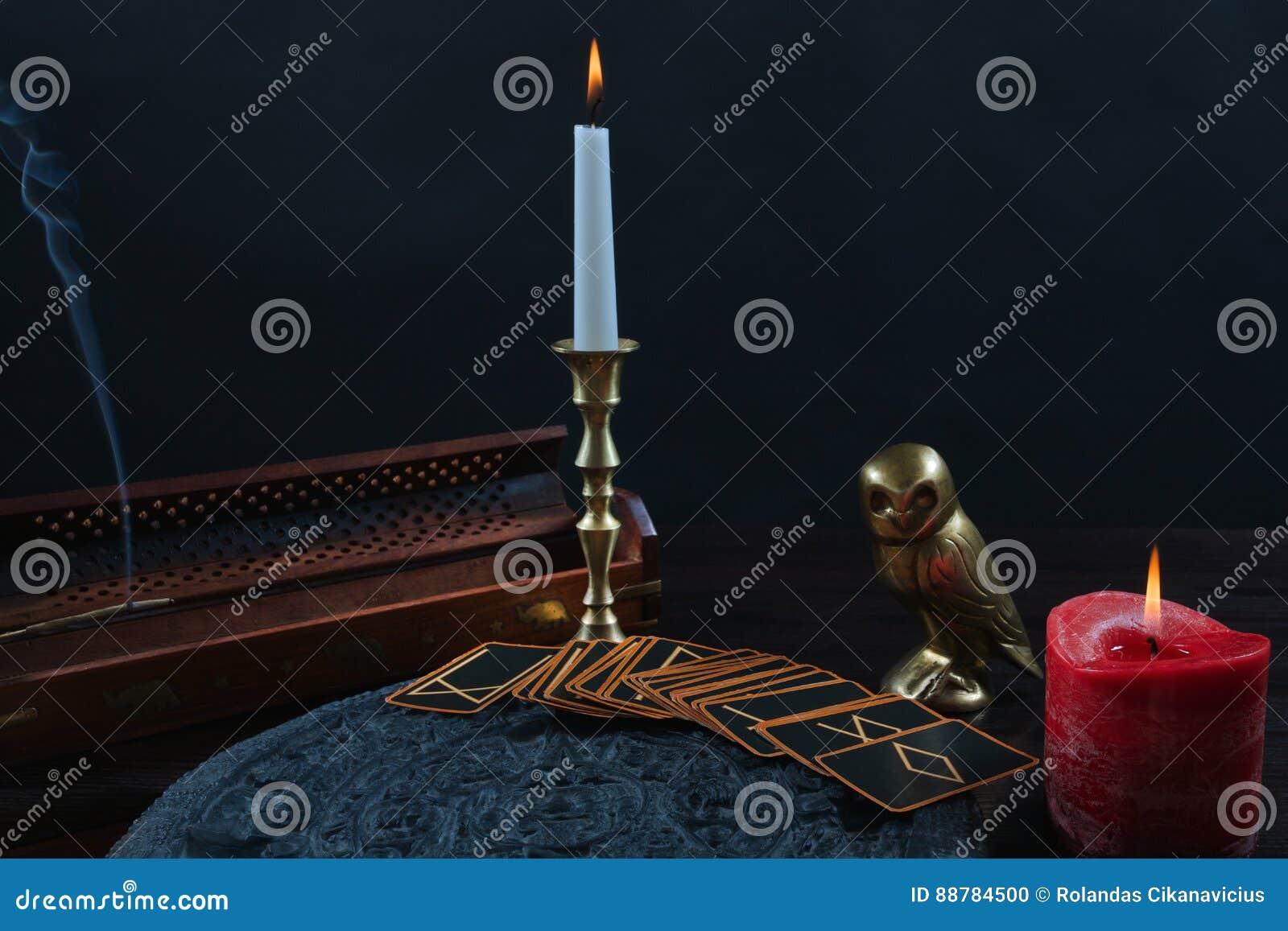诗歌卡片和蜡烛在黑背景