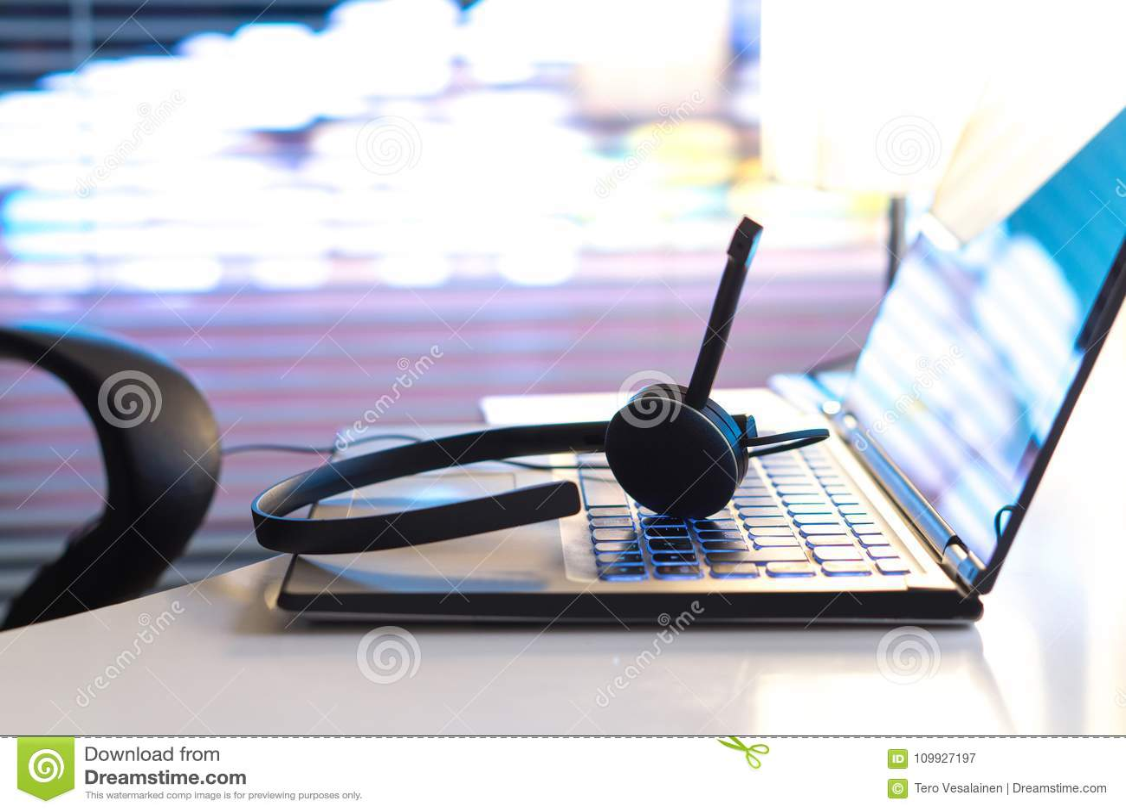 询问台、24/7顾客服务、支持热线或者电话中心