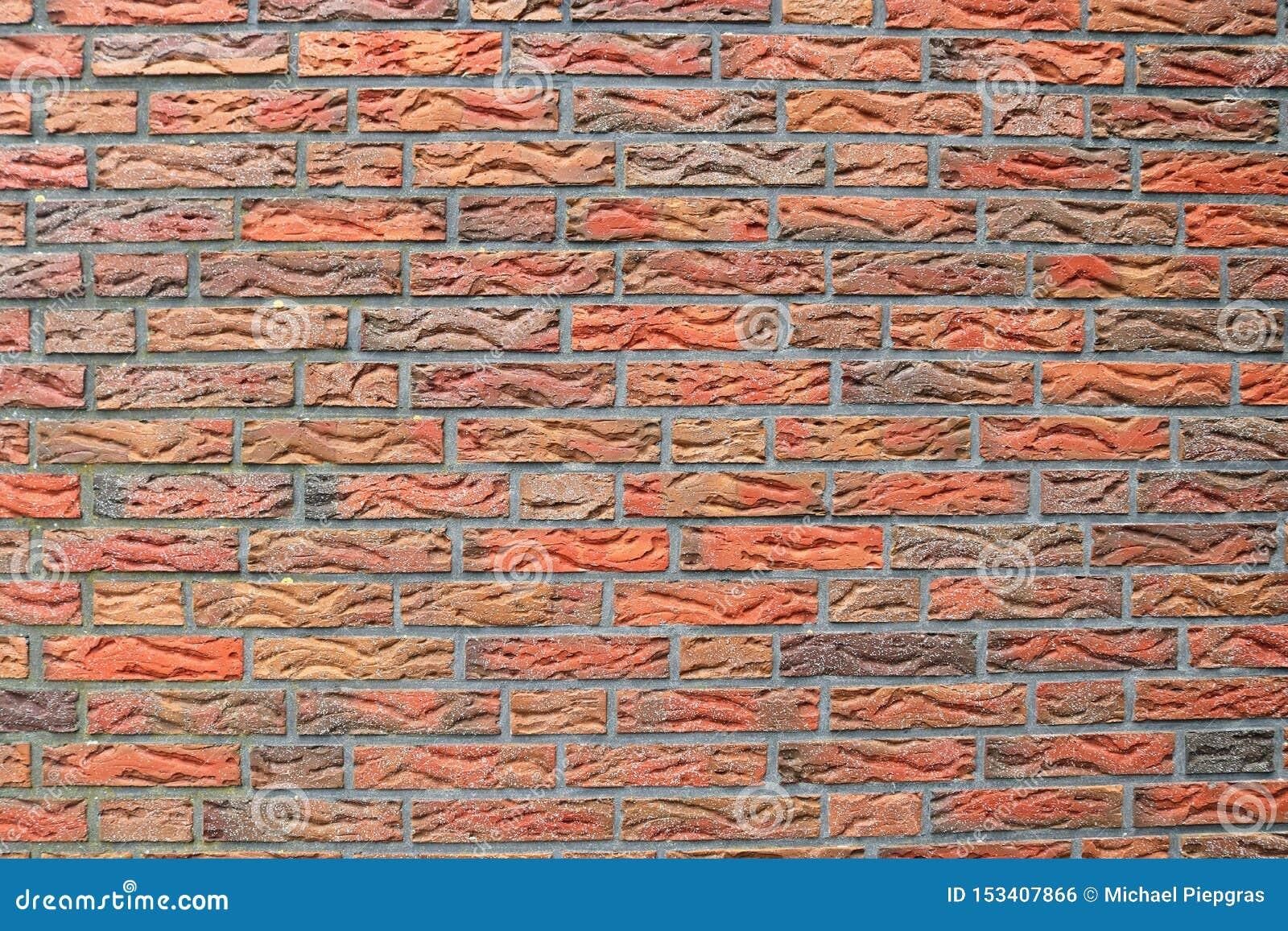 详述紧密在红色被风化的砖墙上的看法有在高分辨率的有些镇压的