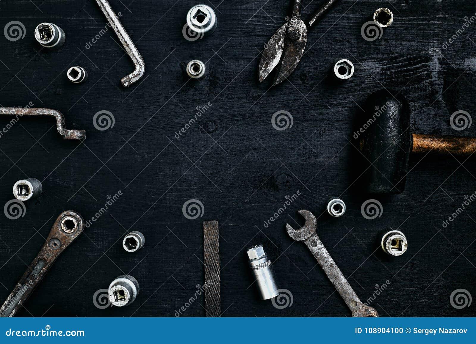 说谎在一张木桌上的老,生锈的工具 锤子,凿子,金属剪,扭动,凿