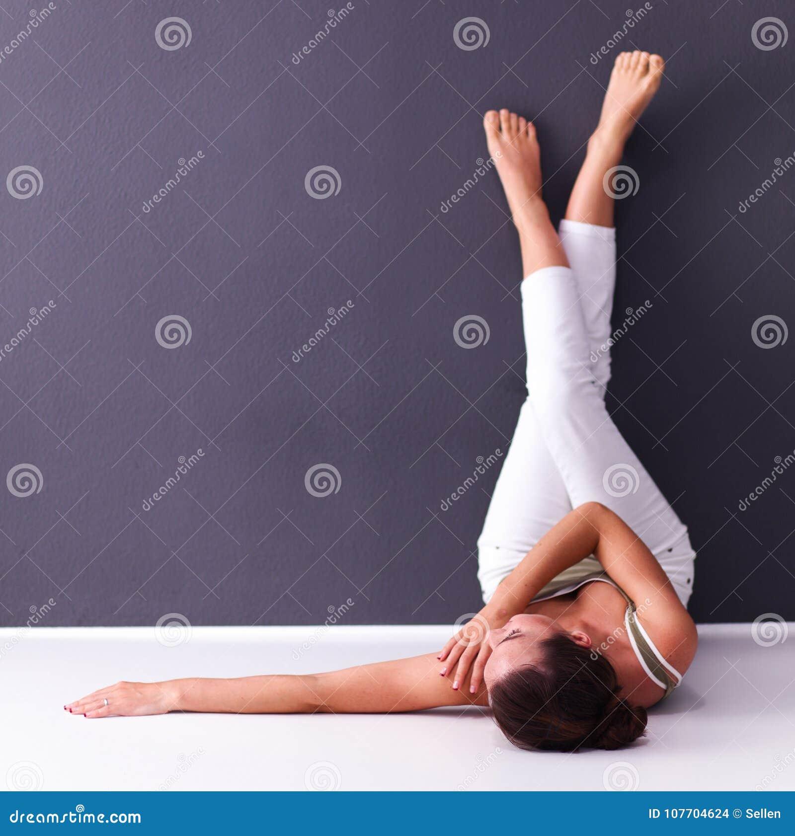说谎在与腿的地板上的妇女