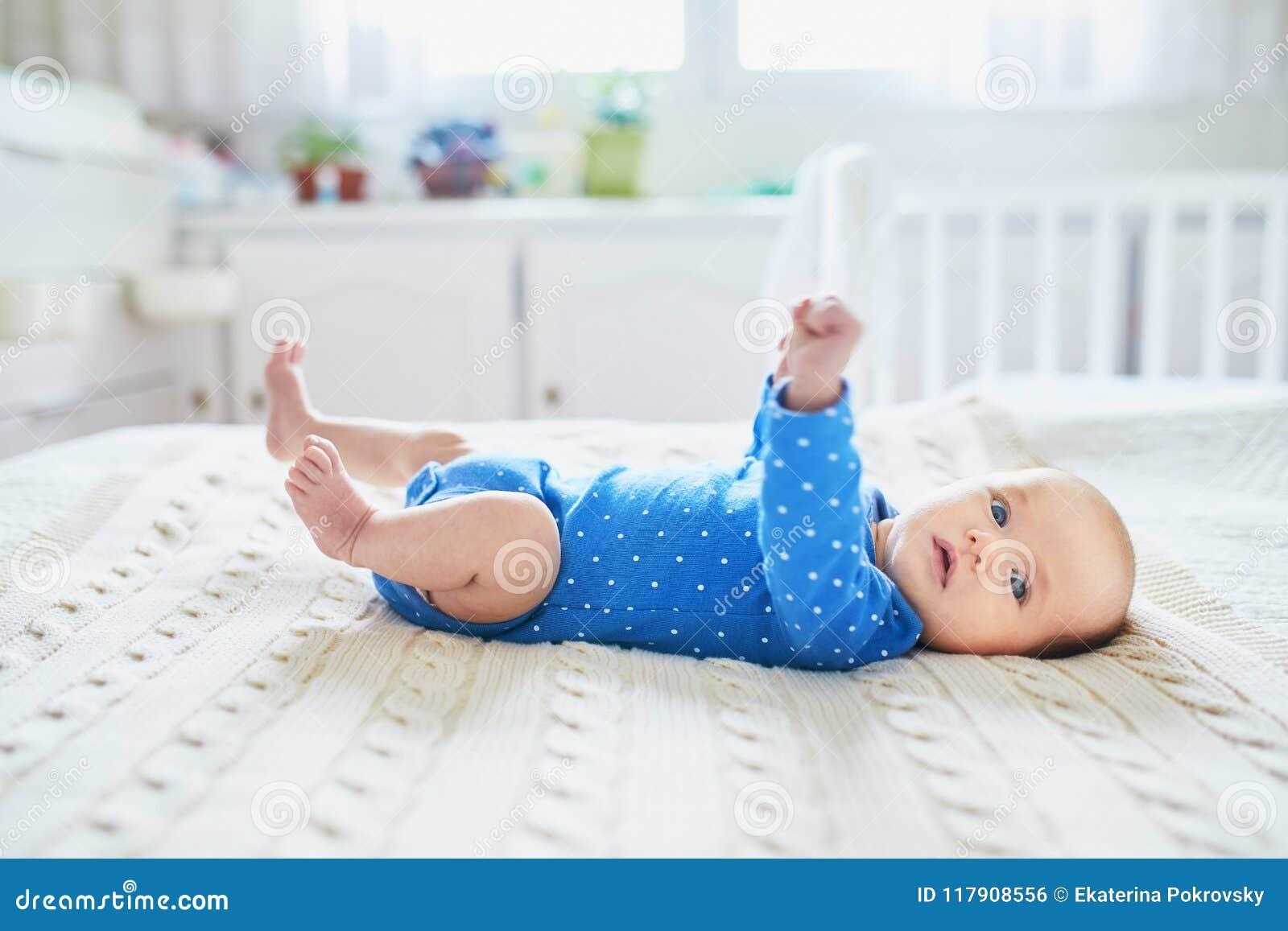说谎在床上的女婴在托儿所