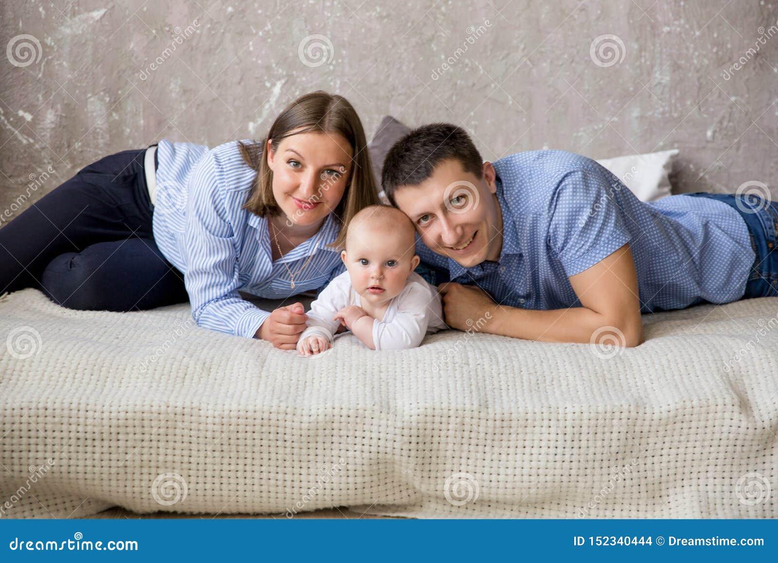 说谎在床上的愉快的年轻白种人家庭