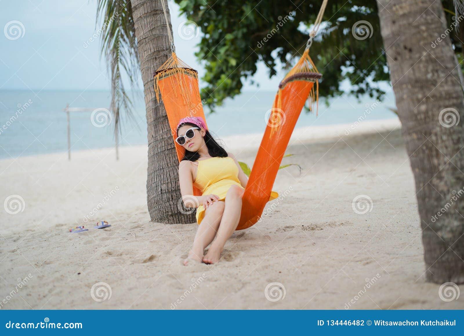 说谎在摇篮的妇女在海滩