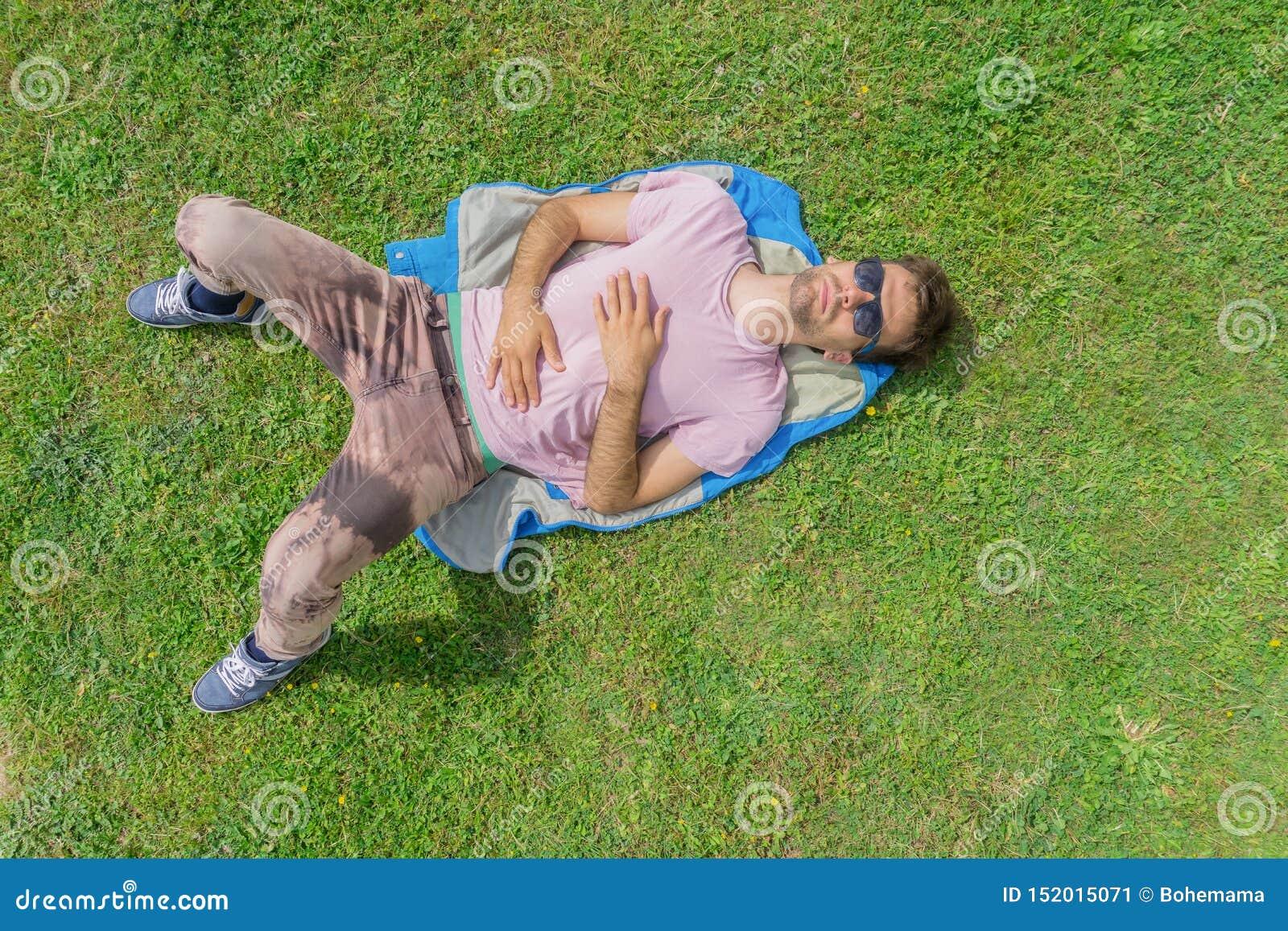 说谎在草的人 夏天放松概念 r