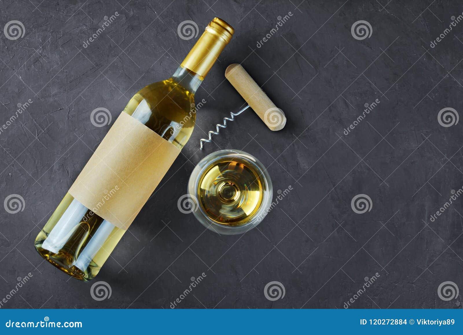 说谎的白葡萄酒瓶平的位置有空的标签、拔塞螺旋和玻璃的品尝的