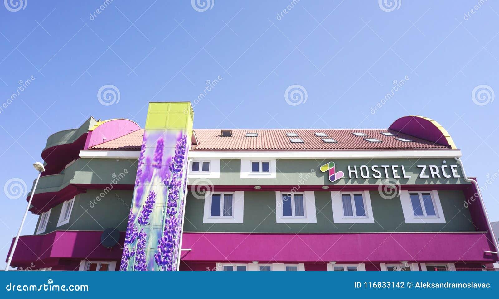 诺瓦利亚,克罗地亚, 25 2018年4月 旅舍Zrce大厦研了看法在诺瓦利亚,在Pag海岛上的Zrce海滩附近,克罗地亚