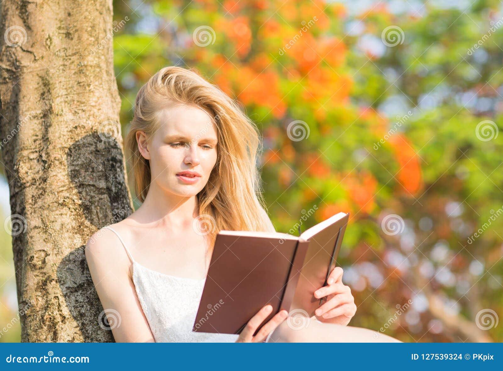 读一本书本质上的年轻美丽的妇女