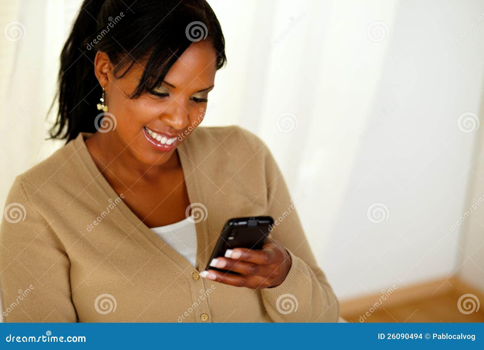 读消息的新美国黑人的妇女