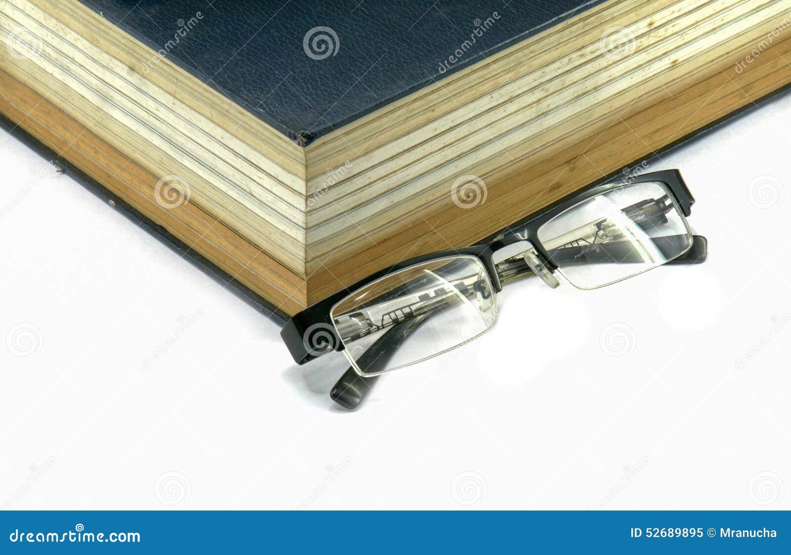 课本或圣经与镜片