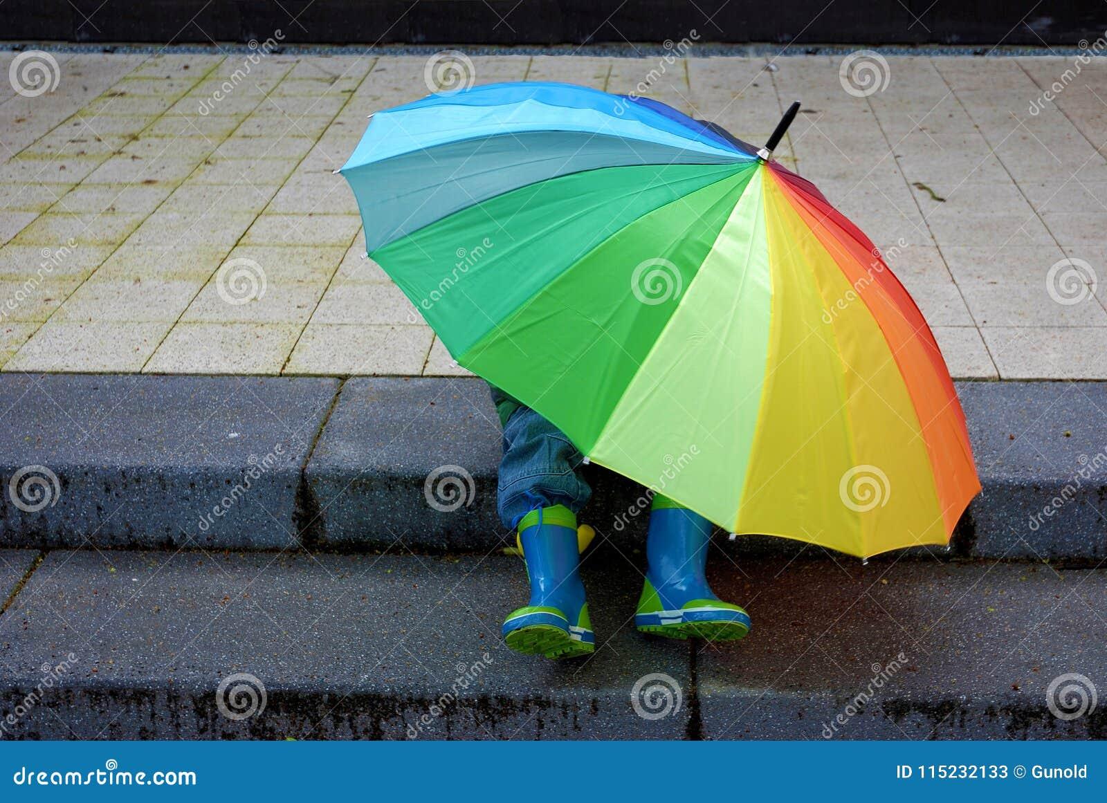 谁在伞、男孩或者女孩下?
