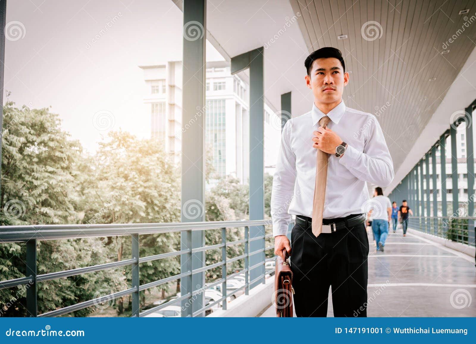 调整领带的商人在上班时间前
