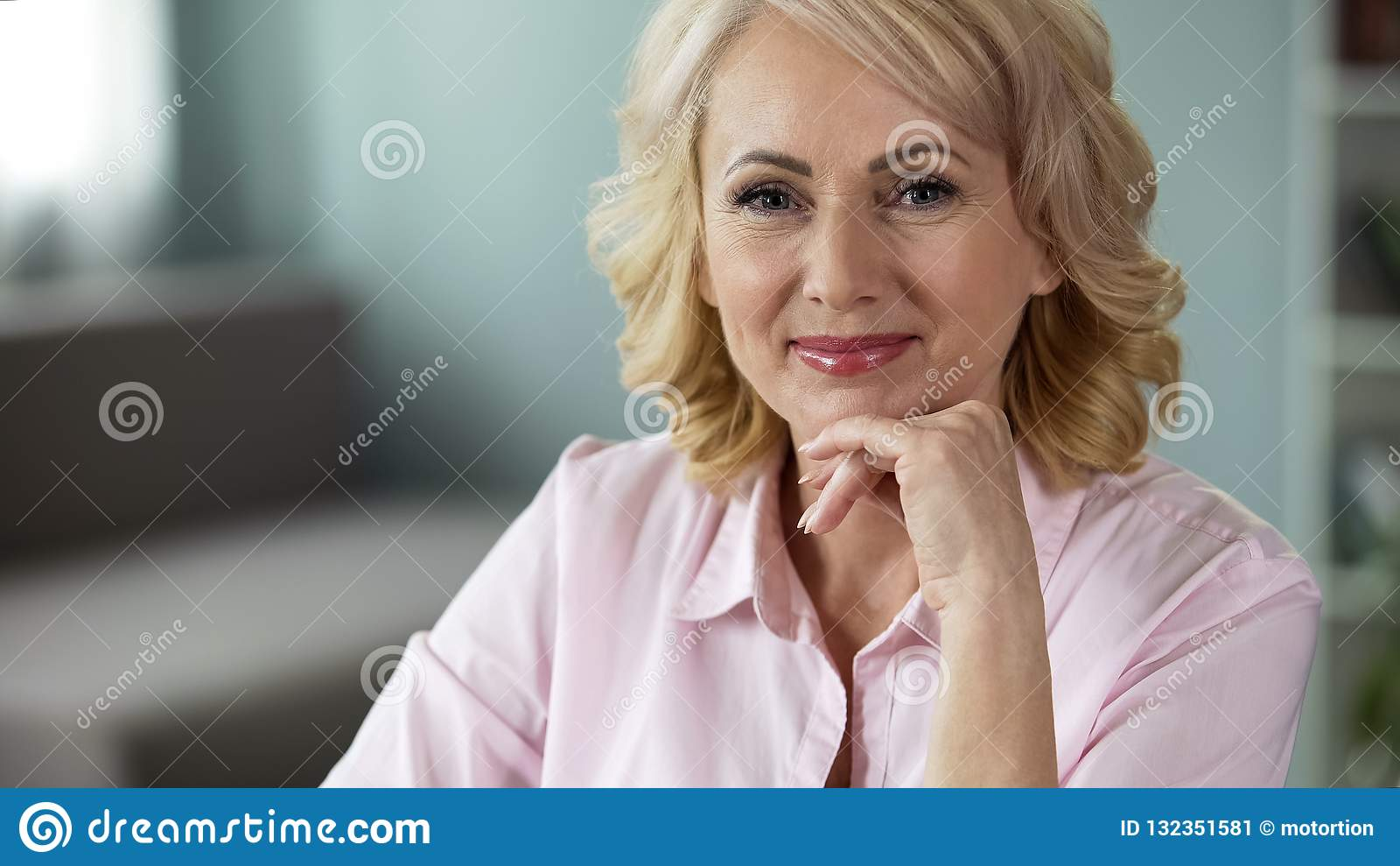 调查照相机,在面孔,愉快的健康妇女的微笑的美丽的资深夫人
