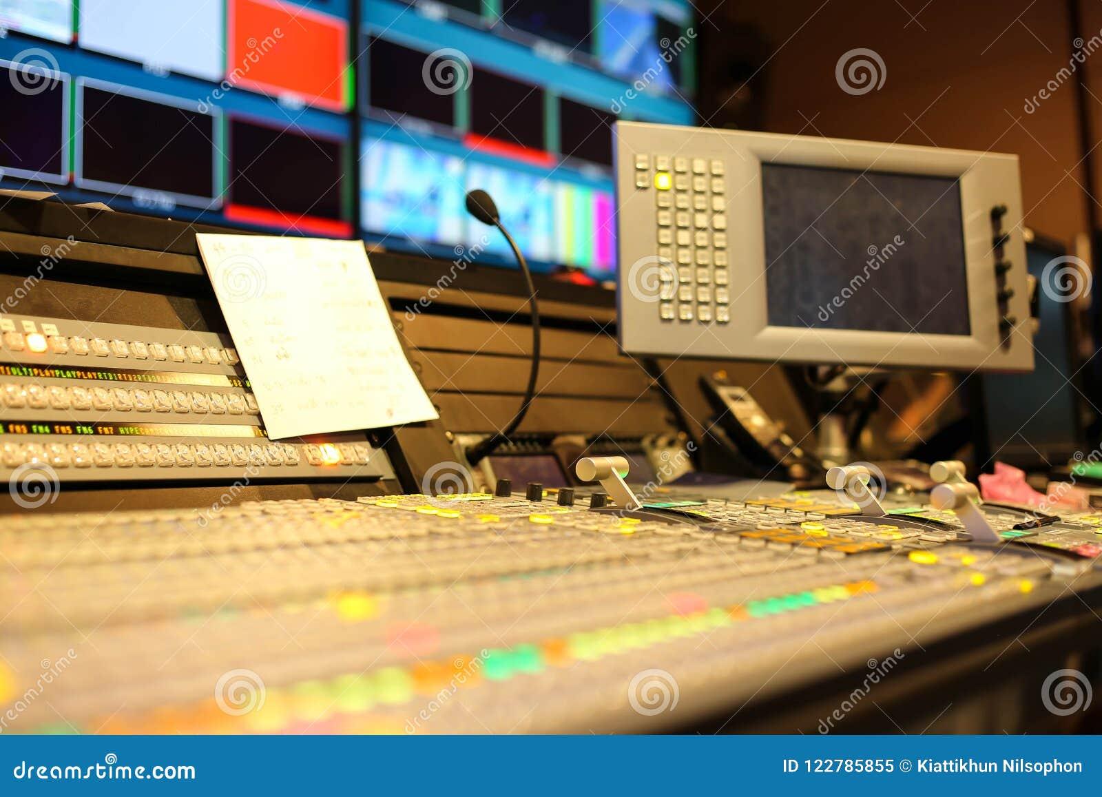 调转工在演播室电视台、音频和录影Productio按