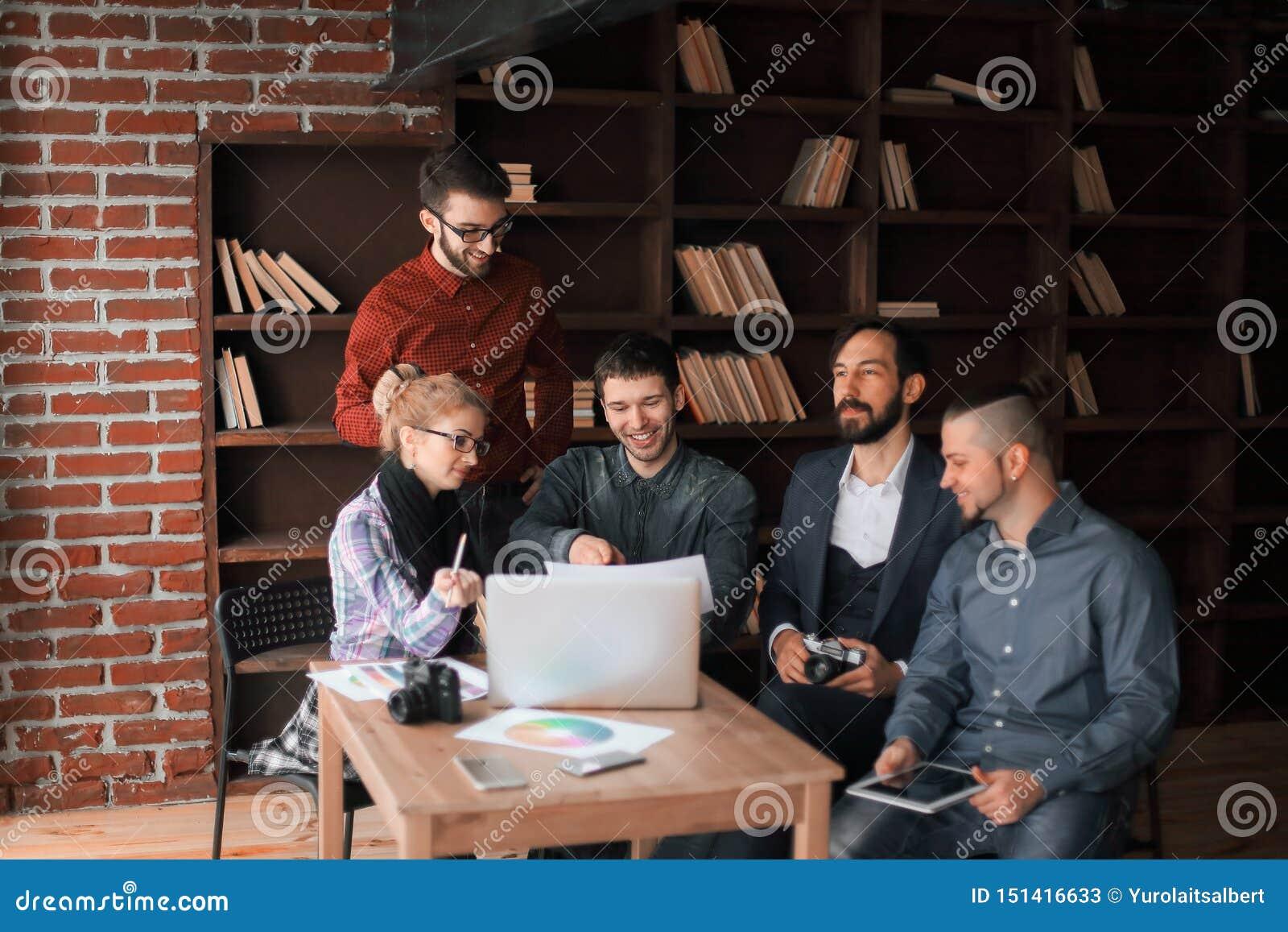 谈论成功的小组的设计师一个新的广告的项目