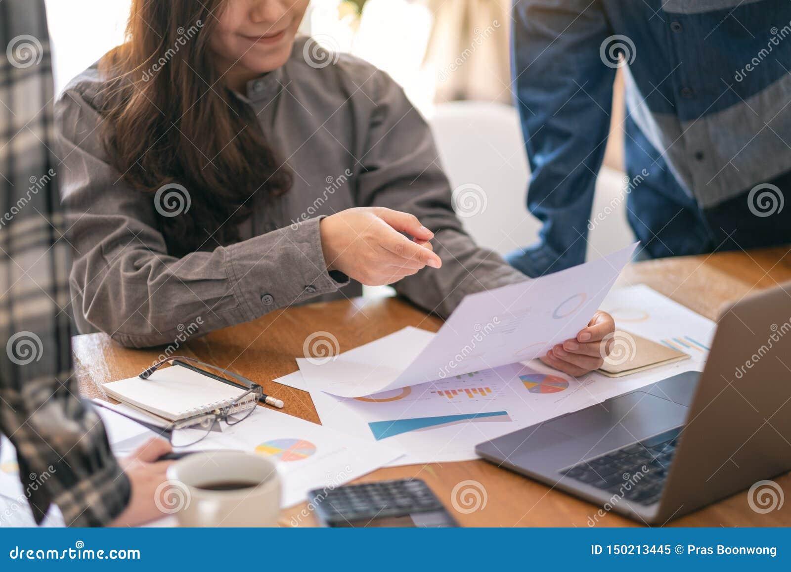 谈论的小组商人,指向和事务