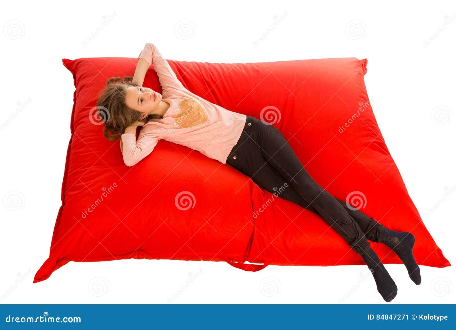 说谎在客厅或其他的红色装豆子小布袋沙发的梦中情人